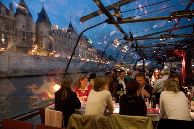 In-Paris-dinner-on-the--Bateau-Mouche.jpg