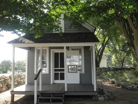 A-Sunday-House,-built-by-early-German-settlers-in-Fredericksburg.jpg